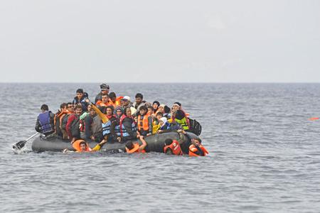 Lesvos, Griekenland - 20 oktober 2015. Vluchtelingenmigranten, aangekomen op Lesbos in opblaasbare rubberboten, ze verblijven in vluchtelingenkampen te wachten op de veerboot naar het vasteland van Griekenland, terwijl ze hun reizen door Europa voortzetten om asiel te zoeken. Redactioneel