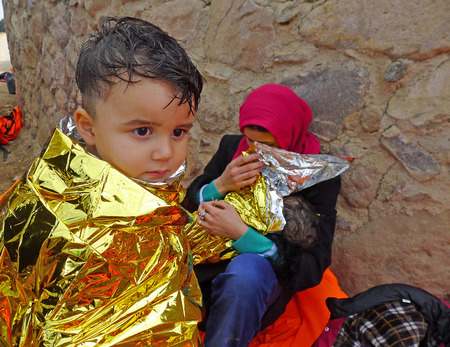 レスボス, ギリシャ-2015 年 10 月 20 日。難民移民、膨脹可能なディンギー ボートでレスボスに到着した彼らは亡命を求めるヨーロッパを介して彼らの旅を続行するギリシャ本土へのフェリーを待っている難民キャンプに滞在します。 写真素材 - 73070541