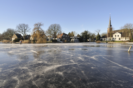 een bevroren meer in het dorp Broek in Waterland, Nederland Stockfoto