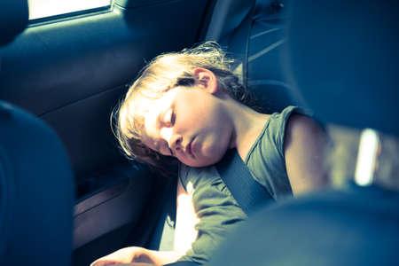자동차의 뒷 좌석에 slepping 어린 소녀