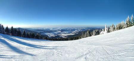 언덕, 체코 아래 작은 마을 카를로 비바리와 스키 흔적에 Lysa 스타에서 파노라마보기