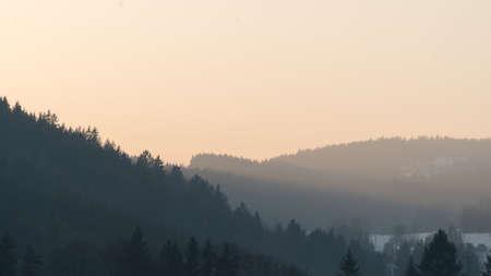 Strahlen der untergehenden Sonne zwischen Hügeln Lizenzfreie Bilder