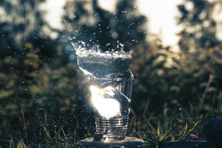 Wasser spritzt aus einem Glas Lizenzfreie Bilder