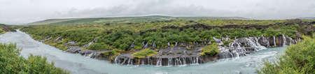 Hraunfossar waterfall Gießen in den Fluss von HvÃtá Leisten aus Lavagestein, befindet sich in West-Island