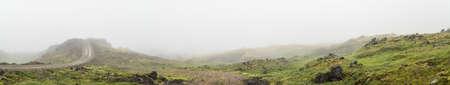 Panorama von isländisch Lavagestein mit Moos mit einem Naturweg bedeckt einen Hügel Kreuzung