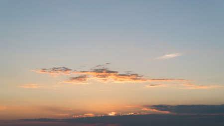 Himmel mit nur ein paar Wolken beleuchtet von einem Wurm Licht der untergehenden Sonne