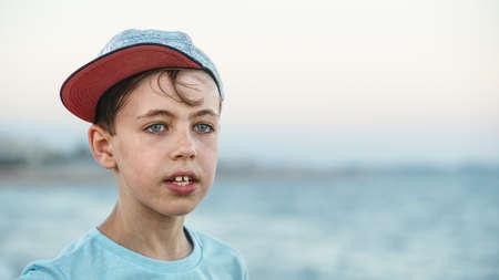 모자를 쓰고있는 소년 스톡 콘텐츠