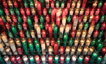 다른 색상으로 희생하는 촛불을 태우는 행