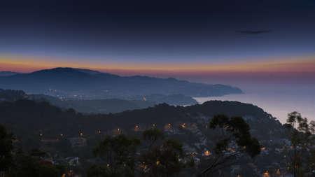 Blick auf die Seeküste in der Nacht Lizenzfreie Bilder
