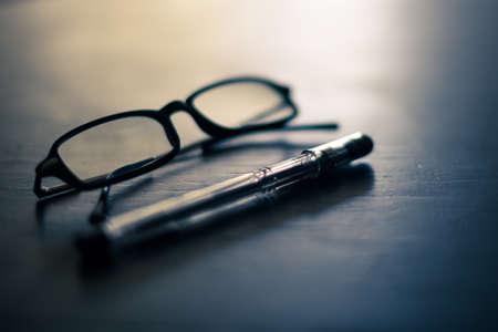 Gläser und Stift auf einem Tisch