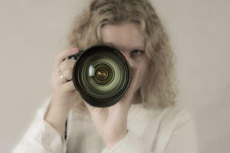 Mladá žena fotograf Reklamní fotografie