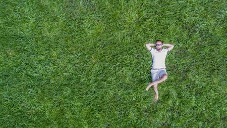 Muž ležící na trávě