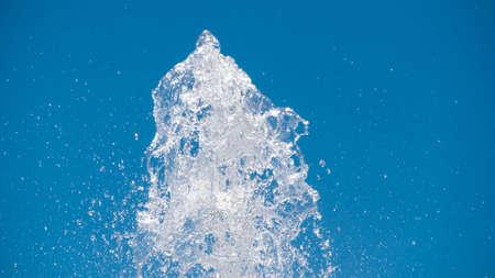 스트림 분출의 꼭대기에있는 분수의 물줄기 스톡 콘텐츠