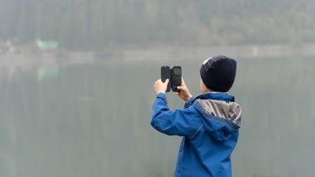 Chlapec fotografování se smartphone