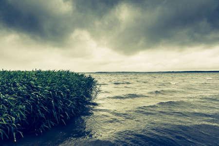 거친 파도가 호수에
