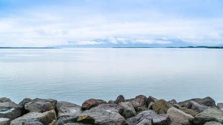 바다 해안의 암석들