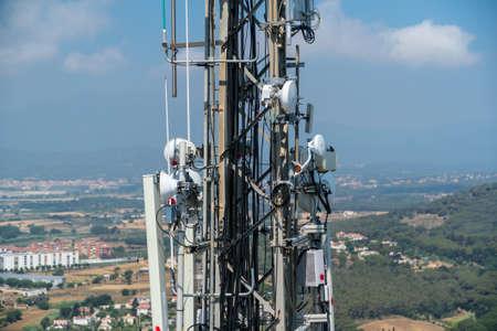 안테나 및 케이블이있는 전송 타워