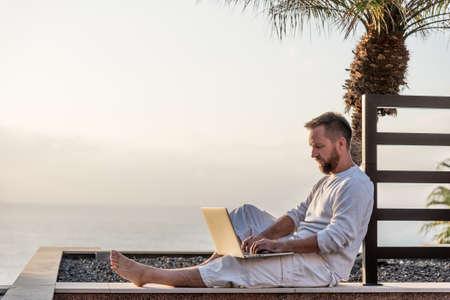 석양 노트북과 젊은 남자