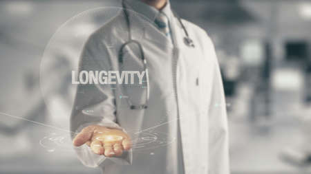 Dokter in hand houden Longevity Stockfoto