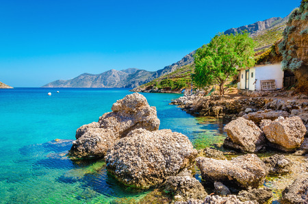 Een mening van verbazingwekkende Griekse baai met helder water, Griekenland Stockfoto