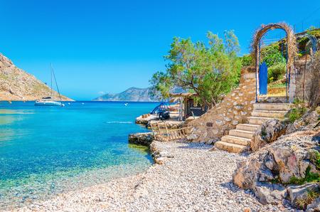 Trappen van het zandstrand van verbazingwekkende baai op Griekenland eiland Kalymnos, Griekenland Stockfoto