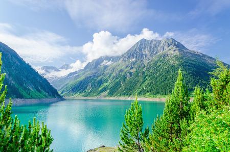 알프스, Zillertal의, 오스트리아의 높은 봉우리의 배경에 푸른 산 호수