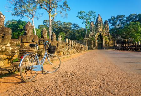 북쪽 게이트의 앙코르 와트 사원, Siem Reap, 캄보디아의 앞에 도로에 클래식 자전거 스톡 콘텐츠