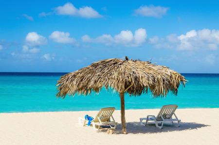 선베드와 야자수 우산, 황금 모래, 푸른 물과 푸른 하늘, 카리브 제도와 놀라운 열대 해변