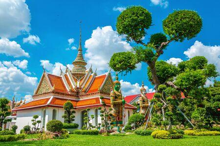 landschap: Grote Paleis boeddhistische tempel met de beroemde groene boom tuinen in het centrum van Bangkok, Thailand Redactioneel
