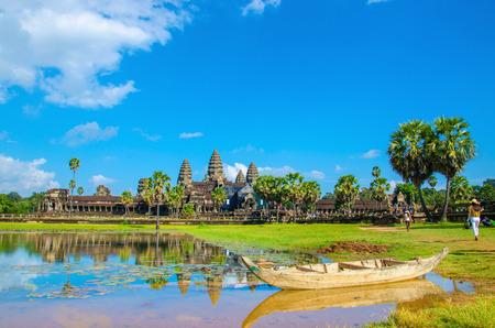 호수를 가로 질러 볼 오래 된 보트와 앙코르 와트, Siem Reap, 캄보디아