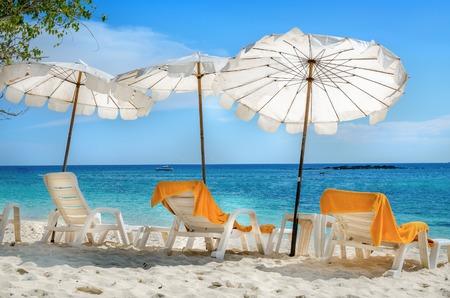 하얀 sunbeds 및 모래 해변, 푸 켓, 태국에 오렌지 수건