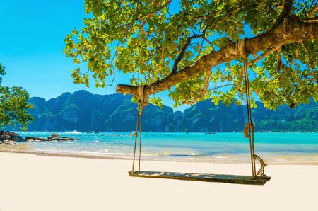 스윙 통해 해변 코코넛 나무에 매달려, 피 피 섬, 태국