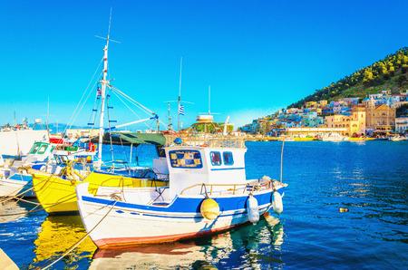 Kleine kleurrijke boten in Griekse haven op het eiland, Griekenland