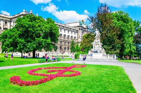유명한 작곡가 볼프강 아마데우스 모차르트 (Burggarten, Vienna, Austria)의 동상