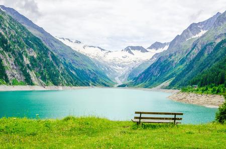 Mooi uitzicht op het meer Schlegeis en leeg bureau, Zillertaler Alpen, Oostenrijk