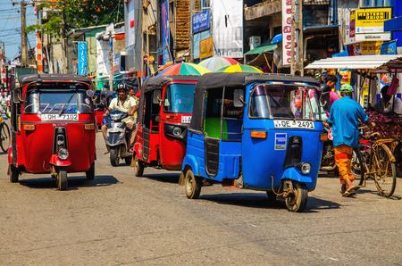 스리랑카, 콜롬보 -1009 년 1 월 9 일 : 콜롬보의 거리 중 하나에서 Tuk tuk 스리랑카 전통적인 택시 에디토리얼