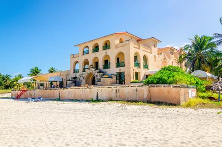 놀라운 빌라와 바라 데로 모래 해변. 바라 데로 한 번 섬에서 가장 고급스러운 리조트이었다. 쿠바.