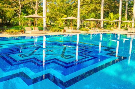 Geweldig uitzicht op ligstoelen bij het zwembad Stockfoto