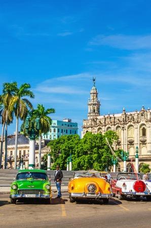 LA HABANA, CUBA - 02 de diciembre 2013: coches de colores clásicos americanos una de las calles de La Habana, donde los coches viejos comprados antes de la revolución cubana son vista de iconos de Cuba
