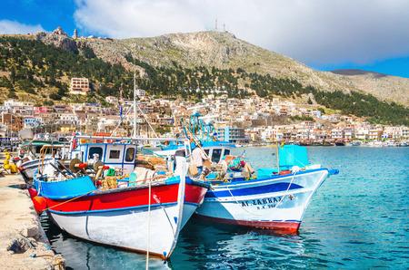 カリムノス島, ギリシャ - 2015 年 5 月 1 日: 埠頭と Pothia ポート、カリムノス島、ギリシャで居心地の良い伝統的なギリシャ船