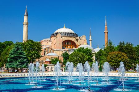 Bekijk de prachtige Hagia Sophia met een fontein, Christian patriarchale basiliek, keizerlijke moskee en nu een museum, Istanbul, Turkije