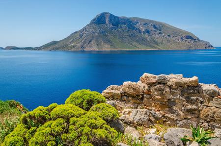 Remote vulkanisch eiland bekeken van eiland Kalymnos, Griekenland