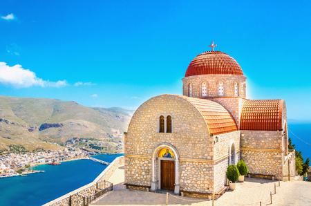 Het klooster van Agios Savvas in Kalymnos tegen de blauwe lucht en de mooie zee, Dodekanesos, Griekenland Stockfoto