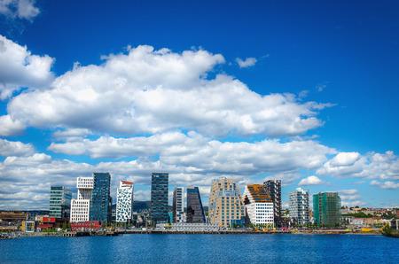 노르웨이 오슬로 - 20 년 6 월, 2015 푸른 하늘과 오슬로 피요르드, 노르웨이의 푸른 바다의 배경에 오슬로의 중심에 현대적인 비즈니스 아키텍처의 놀라