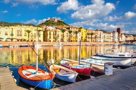 Kleurrijke huizen en boten in Bosa, eiland Sardinië, Italië, Europa