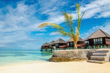 incroyable bungalow en bois sur l & # 39 ; eau turquoise