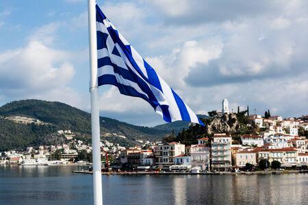 vacance: Grecia, isola di Poros dietro una bandiera greca