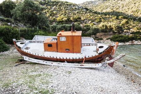 Abandoned fishing trawler on beach at Alonissos, Greece 免版税图像