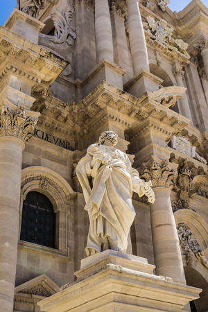 siracuse: Statue of Saint Paul in front of the Siracusa Cathedral, Sicily, Italy Stock Photo
