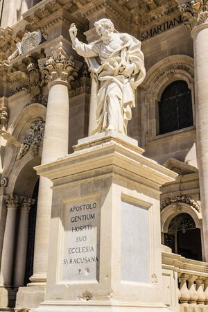 apostel: Apostle statue in Cathedral church in Syracuse, Sicily, Italy